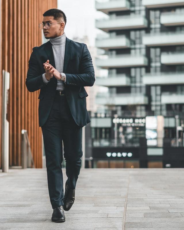 мужской стилист - костюм с серой водолазкой, спортивно - классический стиль