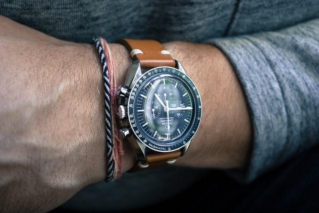 часы в мужском базовом гардеробе