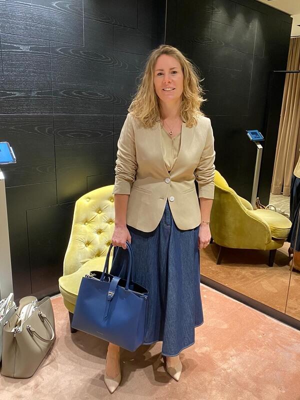 Мануэла в светлом пиджаке и джинсовой юбке