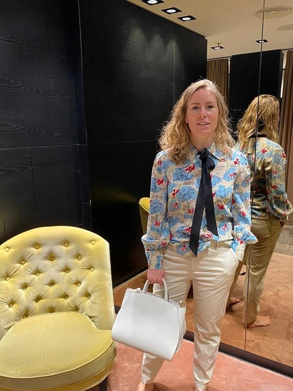 мануэла в цветочной блузке - мюнхен шоппинг