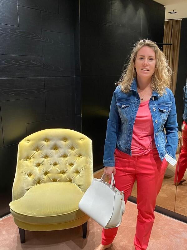 мануэла в джинсовой куртке и красных брюках