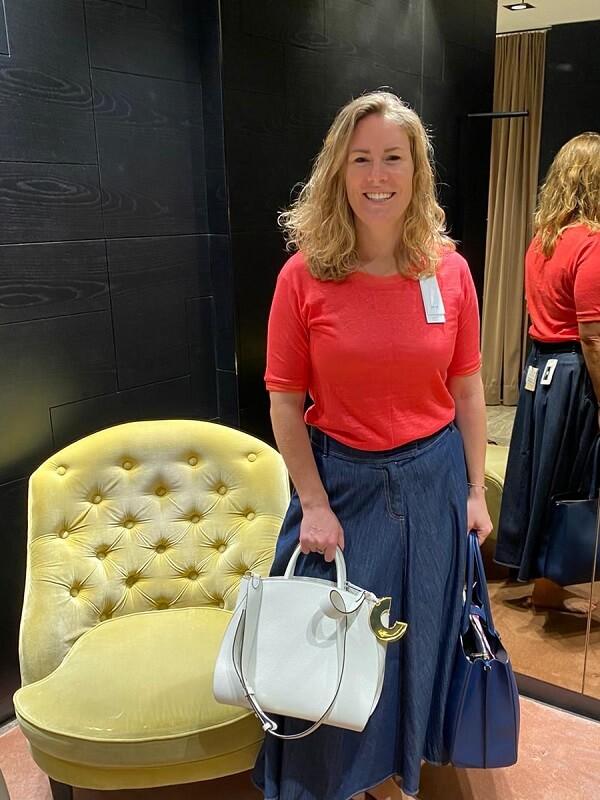 Мануэла в джинсовой юбке и красном топе - шоппинг