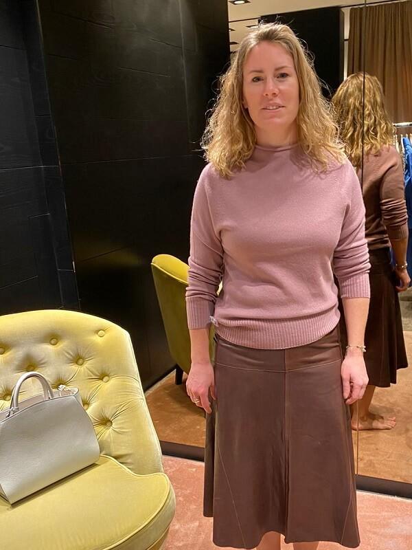 Мануэла в кожаной юбке и свитре - шоппинг в мюнхене