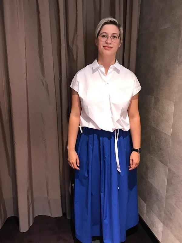 cиняя юбка с белой блузкой