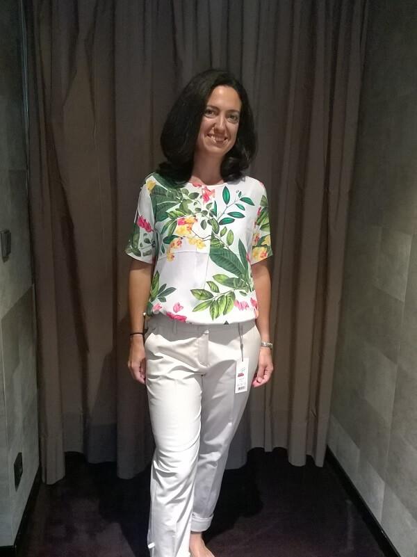 Блузка в цветочек и белые брюки