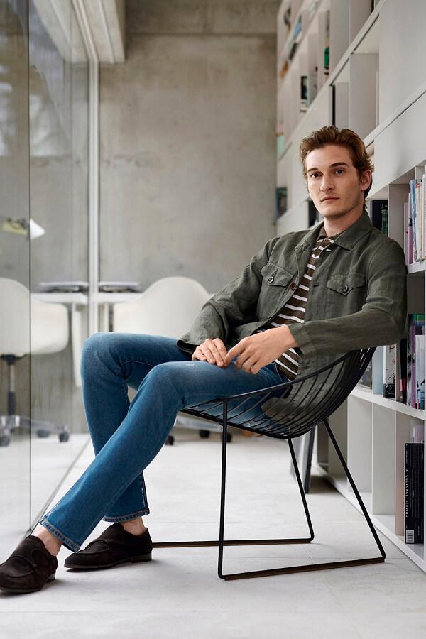джинсы и свитер в полоску