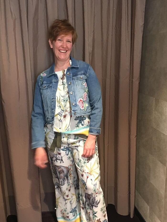 джинсовая куртка и топ брюки с принтом