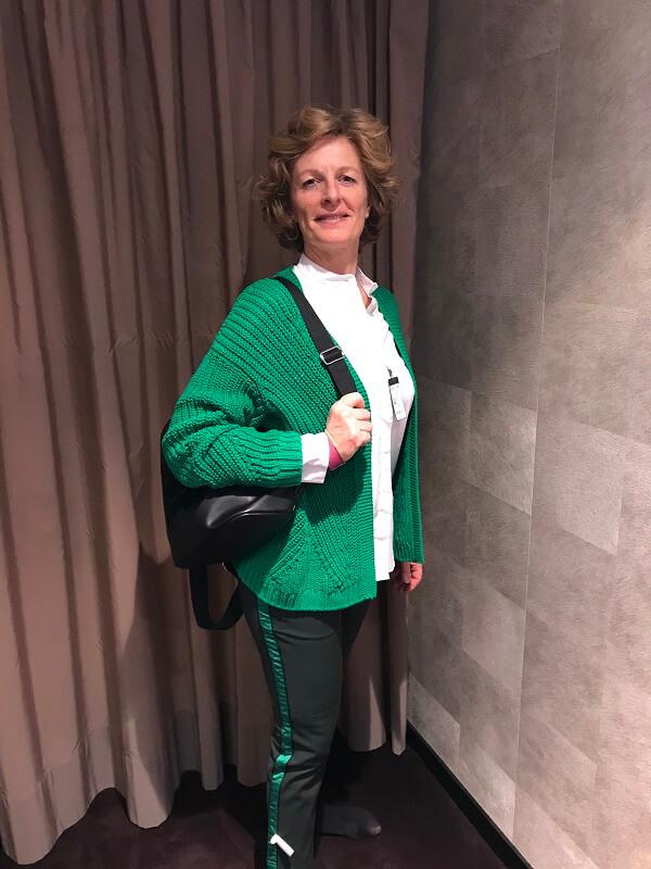 зеленый свитер и брюки с латцканами