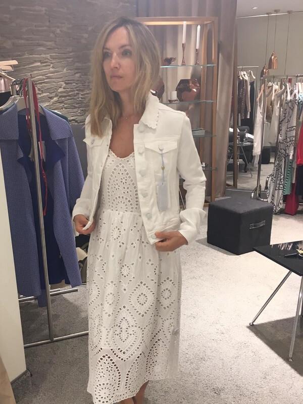 Белое платье и джинсовка примерка в Оберполлингер