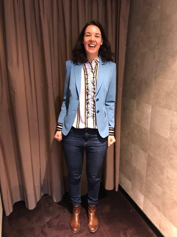 голубой пиджак с блузкой в полоску