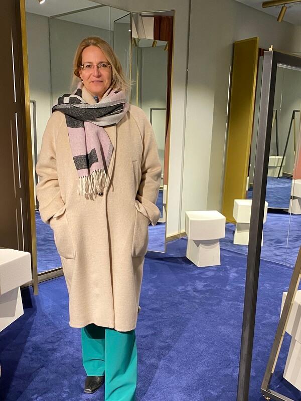 Соня - светлое пальто и шарф