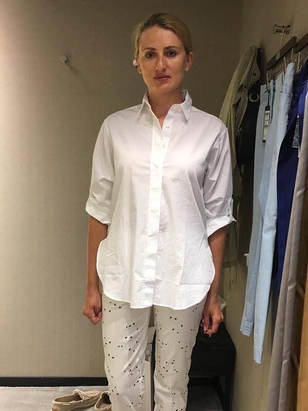 белая блузка и брюки с принтом