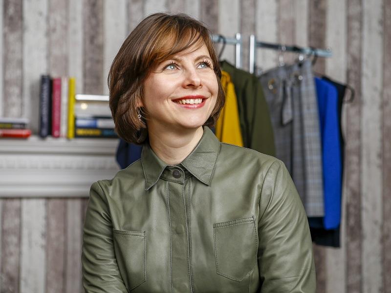 Нина имиджмейкер в зеленой кожаной блузке онлайн